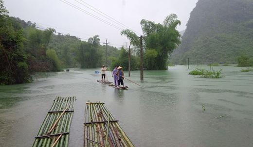 Nhiều nơi bị ngập sâu tới tận nóc nhà.
