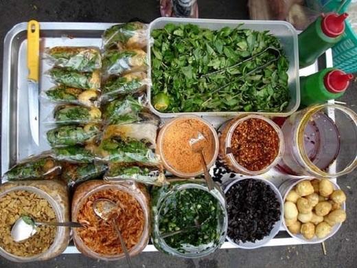 Những nguyên liệu cũng khá đơn giản và rẻ tiền như bánh tráng cắt nhỏ, tôm khô, khô mực, khô bò, đậu phộng, rau răm, xoài sống...