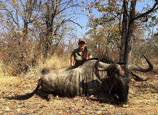 Phẫn nộ cô gái bắn hạ hàng loạt động vật rồi khoe mẽ trên mạng