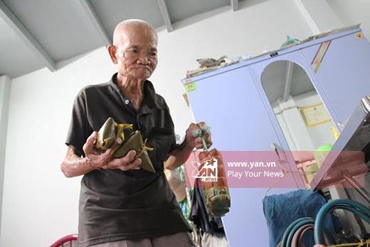CụNguyễn Văn Chúm (94 tuổi, quê gốc ở Hà Tây), hiện đang sinh sống cùng hai người con gái bị bệnhtrong căn nhà tình thương trên đường 21, phường 8, quận Gò Vấp, TP HCM.