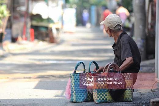 Xót xa cụ ông 94 tuổi rong ruổi khắp Sài Gòn bán bánh nuôi con