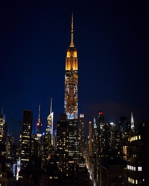 Bất ngờ thú hoang khổng lồ xuất hiện trên tháp Empire State