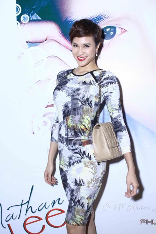 Bộ váy bodycon tay dài với những họa tiết hoa lá lỗi mốt khiến Phương Mai tự cộng tuổi cho chính mình. Cách kết hợp chiếc túi xách đi kèm cũng không thực sự phù hợp.