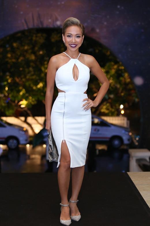 """Thảo Trang vẫn trung thành với phong cách gợi cảm khi tham dự sự kiện vào tối 30/7 tại TP.HCM. Bộ váy trắng với những đường cắt xẻ táo bạo tuy không xấu nhưng chính kiểu trang điểm, màu tóc, phụ kiện đi kèm của nữ ca sĩ khiến người đối diện """"phát ngất""""."""