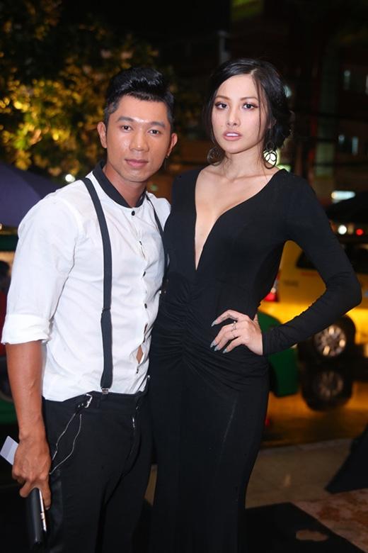 Sau hàng loạt những bộ cánh hở hang thảm họa, Trương Nhi bất ngờ kín đáo trong bộ váy đen dài với phần cổ khá rộng. Tương tự như trường hợp của Thảo Trang, bộ váy không quá xấu nhưng Trương Nhi lại mất điểm bởi kiểu trang điểm nhợt nhạt cùng phần tóc rối bù có phần đứng tuổi.
