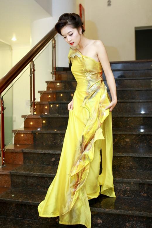 Tông vàng nổi bật cùng những chi tiết dún bèo rối rắm càng khiến nhiều người chú ý vào bộ trang phục không mấy đẹp mắt của hoa hậuTriệu Thị Hà.