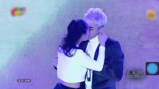 Trước đó, cô nàng từng gây sóng gió cộng đồng fan Sơn Tùng khi công khai hôn anh chàng trên sân khấu. - Tin sao Viet - Tin tuc sao Viet - Scandal sao Viet - Tin tuc cua Sao - Tin cua Sao