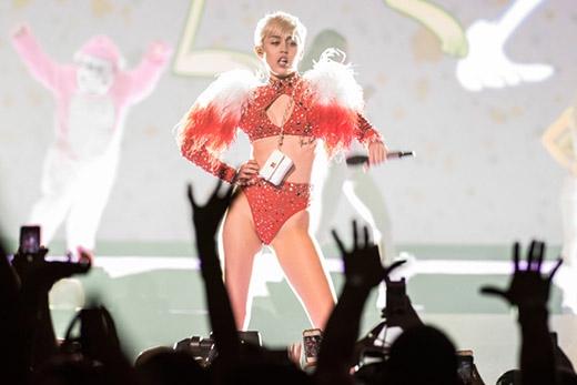 Hoàn toàn hợp lí khi người hâm mộ của Miley gọi mình là Smiler. Một trong những điều khiến nó trở nên hoàn hảo chính là lúc nhỏ, Miley là một đứa trẻ cực vui vẻ và bố mẹ cô đã đặt cho cô biệt danh là Smiley.