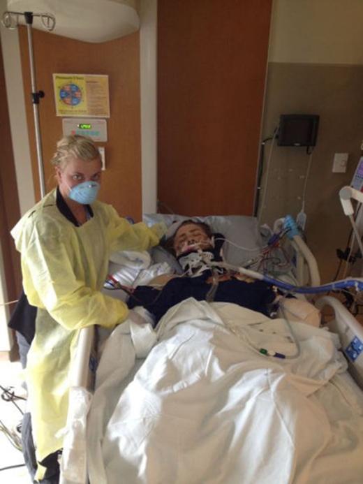 Trong suốt quá trình điều trị, Danielle luôn ở bên cạnh chăm sóc cho anh.