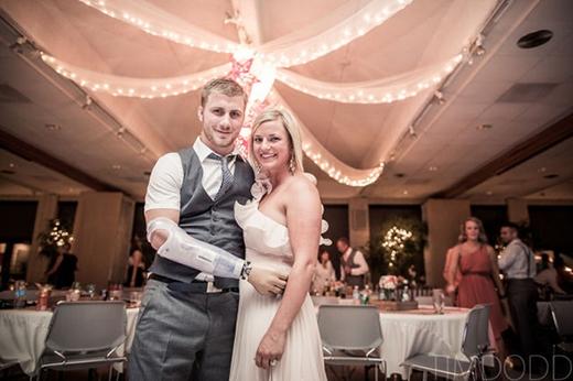 Chú rể Taylor và cô dâu Danielle tràn ngập hạnh phúc trong ngày trọng đại sau biết bao khó khăn.