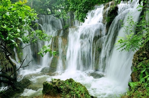 Nhắm mắt và thả hồn vào tiếng rầm rì của thác nước trắng xóa sẽ giúp đầu óc thư thái hơn.