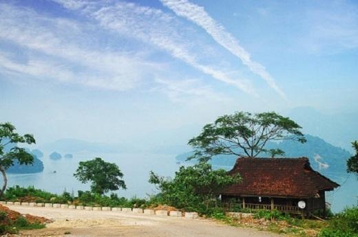 Bầu trời xanh trong ở Thung Nai.