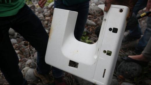 Đây là một vật thể bằng nhựa và nhiều người nhận định rằng là khung cửa sổ máy bay. Nhưng họ vẫn chưa chắc chắn liệu nó có phải là của MH370 hay không.