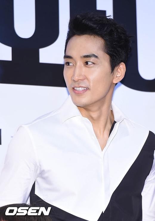 Song Seung Hun hớn hở sau khi công khai hẹn hò.