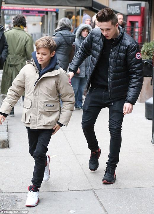 Vẫn chiếc áo phông và quần jeans cùng tông đen, mùa đông củaBrooklynđơn giản chỉ là âm hưởng của những chiếc áo khoác da dày sụ.