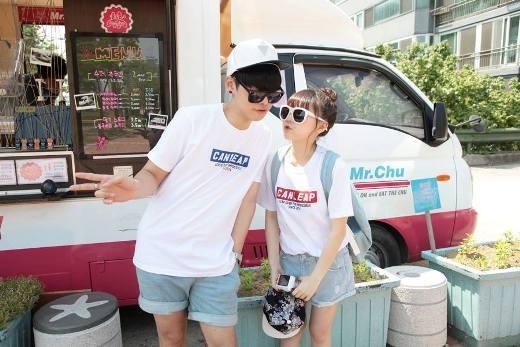Hong Young Gi còn được khá nhiều người quan tâm và chú ý bởi câu chuyện tình yêu lãng mạn cùng anh chàng Lee Se Yong. Cả hai thường xuyên nhận được lời mời chụp hình quảng cáo, thời trang.