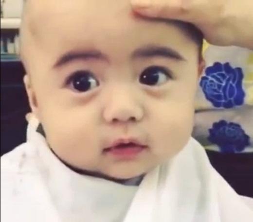 Đôi mắt to tròn như búp bê của nhóc tì này đã hút hồn biết bao người xem.