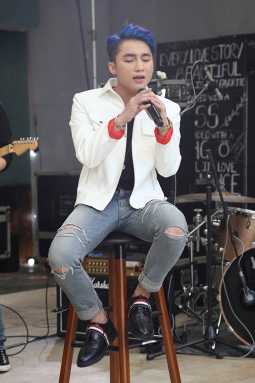 Mới đây, trong buổi ra mắt ca khúc mới, Sơn Tùng gây bất ngờ cho người hâm mộ với mái tóc màu xanh nổi bật. Chàng ca sĩ gốc Thái Bình diện bộ trang phục năng động, cá tính với quần jeans rách, áo phông trơn và jacket da khoác ngoài.