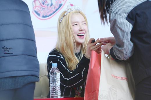 Không chỉ có em út mà chị cả Irene cũng cười thả ga trước những câu chuyện đùa của fan.