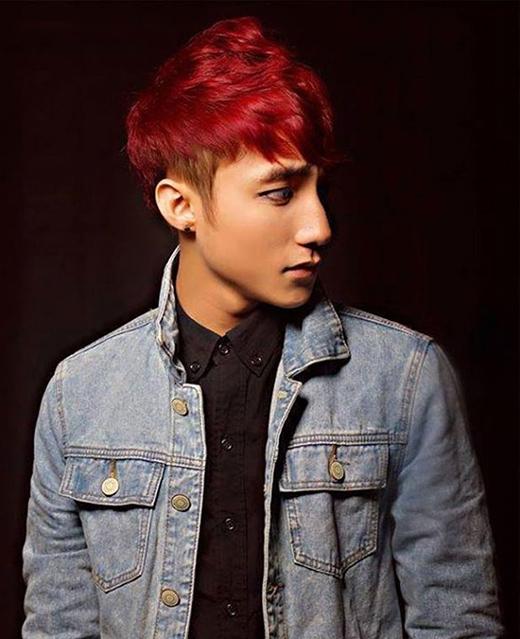 Màu tóc hung đỏ mang lại nét cá tính, bụi bặm nhưng không quá chói mắt cho chàng ca sĩ trẻ. Đây cũng là màu tóc nhuộm luôn được giới trẻ yêu thích qua nhiều mùa mốt bởi sự thông dụng và dễ dàng kết hợp trang phục.