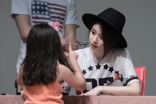 Dù phong cách trang điểm có phần sắc sảo, lạnh lùng nhưng Jiyeon vẫn giữ được vẻ thân thiện vốn có của mình trước mặt fan.