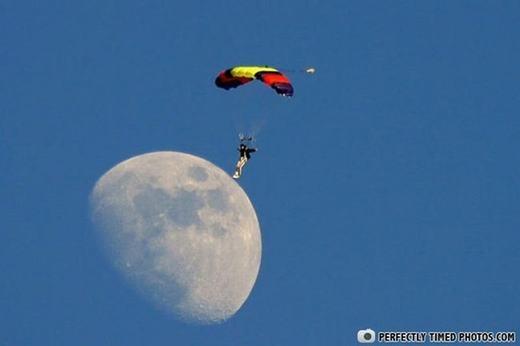 Đã có người đầu tiên trên thế giới đặt chân lên mặt trăng bằng... dù.