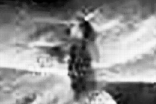 """Khi phóng to, ta thấy rõ vật thể tựa như một cô gái đang đứng """"hóng gió""""."""
