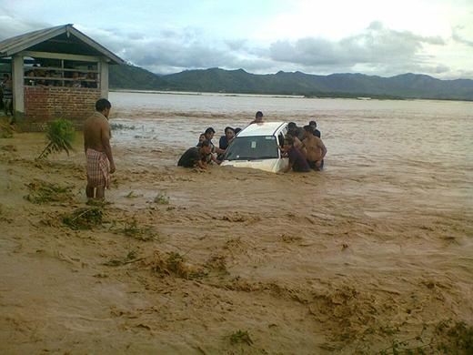 Lũ lụt hằng năm cuốn bay mọi thứ.