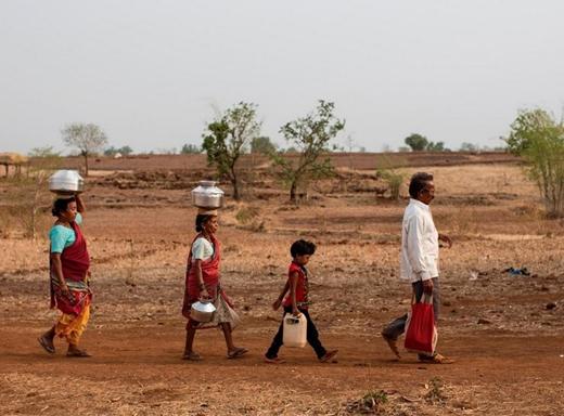 Hàng ngày người dân phải đi rất xa để lấy nước.