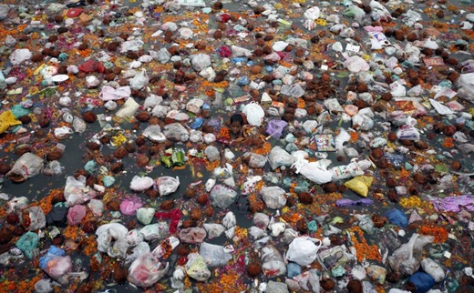 Sự phát triển kinh tế đi liền với những hiểm họa về ô nhiễm môi trường.