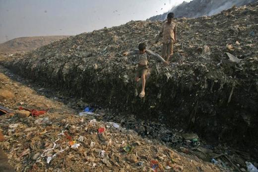 Những khu vực mà dân cư phải sống chung với rác và chất thải vô cùng nguy hiểm.