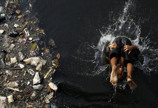 Trẻ em phải tự thích nghi một cuộc sống cực kì ô nhiễm.