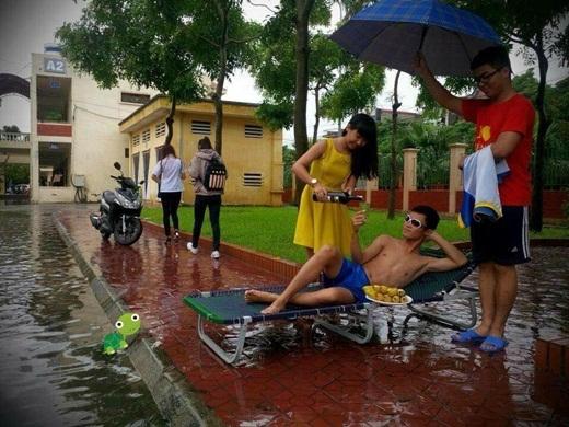 Không chỉ có những em nhỏ quậy tưng dưới cơn mưa, mà các bạn trẻ này cũng khiến không ít dân mạng phải cười té ghế. Rõ ràng là người trong cuộc cũng rất biết cách hưởng thụ cuộc sống phải không nào?