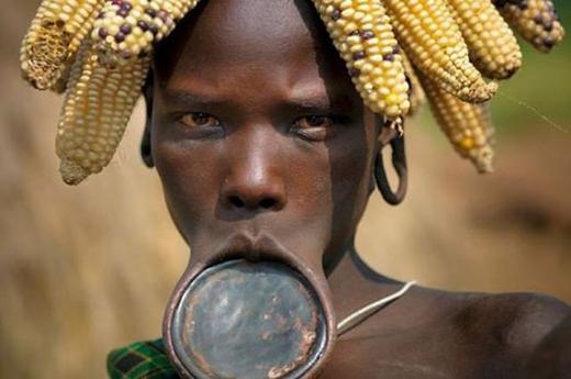 Đeo đĩa ở môi là một tục lệ có thật của người Mursi ở Ethiopia.