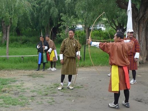 Những cuộc thi bắn cung rất phổ biến ở Bhutan. Trong ảnh, Gunnar đang xem một người bản địa bắn tên ở khoảng cách 100m.