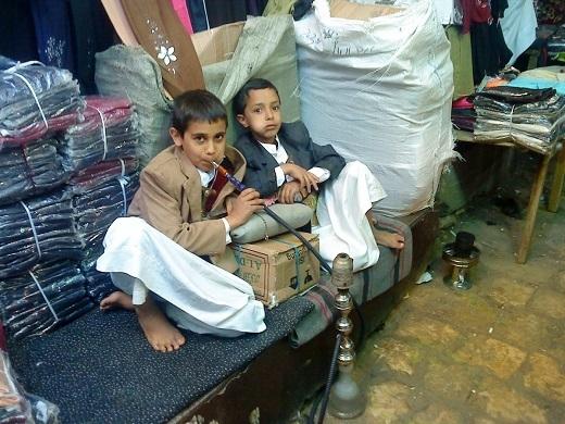 Cảnh tượng này không quá lạ lẫm ở Yemen. Những đứa trẻ bắt đầu hút hookah và nhai khat – một loại thực vật ở khu vực Sừng châu Phi và bán đảo Ả Rập – khi còn rất nhỏ.