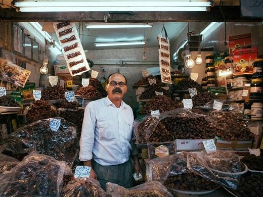 Một người đàn ông bán trái cây trên đường phố Kuwait qua ống kính của Gunnar.