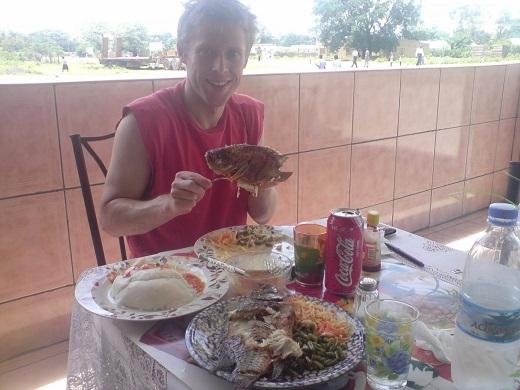 Anh chàng khoe hải sản tươi ngon ở Zambia.