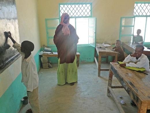 """Đây là hình ảnhmột ngôi trường làng được Gunnar chụp lại ở Somalia. Nhiều đứa trẻ ở đây chưa từng thấy người ngoại quốc bao giờ nên chúng đều muốn chạm anh một cái để chắc rằng anh là """"đồ thật""""."""