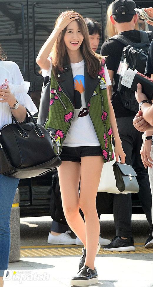 Yoona tươi tắn khi có mặt ở sân bay.