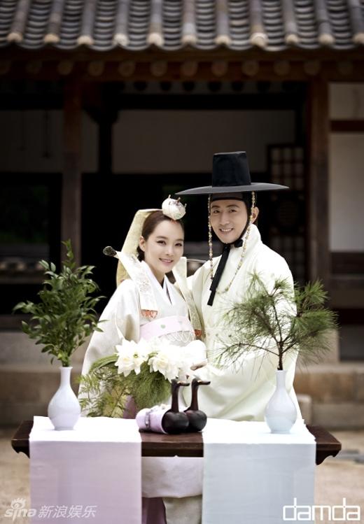 Chae Rim và Cao Tử Kỳ trong bộ trang phục Hanbok truyền thống của Hàn Quốc.