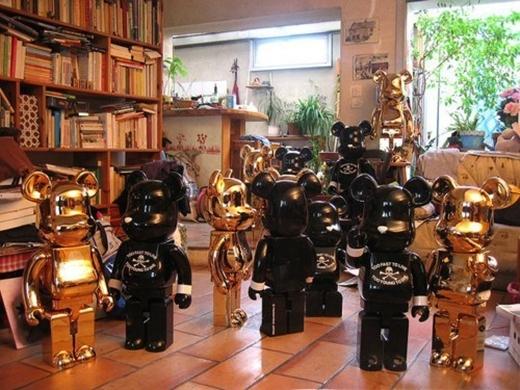 """Sở hữu vẻ ngoài lạnh lùng là thế, nhưng T.O.P (Big Bang) lại mê tít Bear Bricks. Đi đến đâu, anh chàng cũng tìm mua cho bằng được những """"chú gấu lai Mickey"""" ấy. Các thành viên Big Bang từng hài hước chia sẻ, nhà T.O.P trông không khác gì viện bảo tàng đồ chơi."""