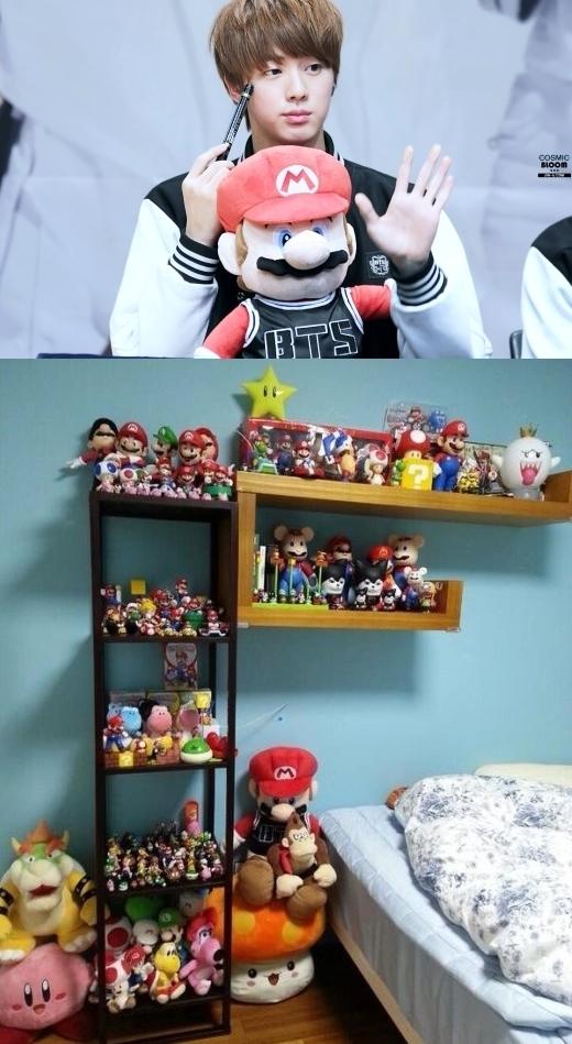 Không chỉ một mà Jin (BTS) còn sở hữu cả đại gia đình Mario. Anh chàng không ngần ngại dành hẳn một góc lớn trong phòng cho những người bạn bông của mình.