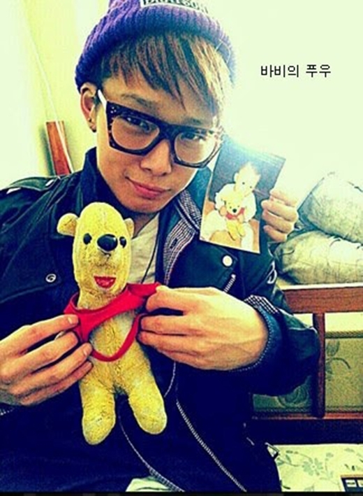 Chú gấu Pooh đã trở thành bạn thời thơ ấu của Bobby (iKon). Hình ảnh nam thần tượng ôm Pooh ngủ khiến các fan không khỏi phát cuồng vì vẻ đáng yêu của cả hai.