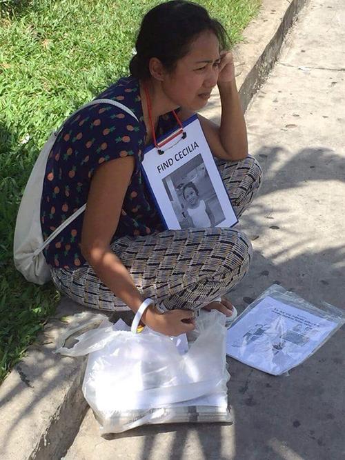 Xót xa hình ảnh người phụ nữ nước ngoài đi tìm con gái mất tích