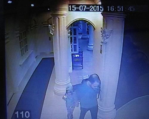 Hình ảnh ghi lại tại khách sạn cho thấy anhKarlđã dắt con gái mình đi