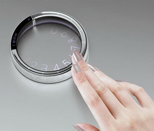 Điện thoại vòng tay với màn hình được chiếu thẳng vào tay hoặc một nền nào đó.