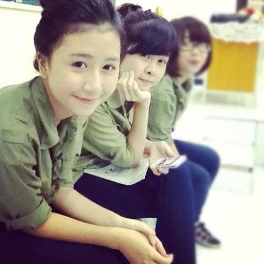 Quỳnh Anh Shyn cũng từng tự tin khoe mặt mộc dễ thương bên bạn bè trong tiết học Quốc Phòng ở trường. Có thể nói đây là bức hình mặc quân phục hiếm hoi của cô hot girl đình đám này.