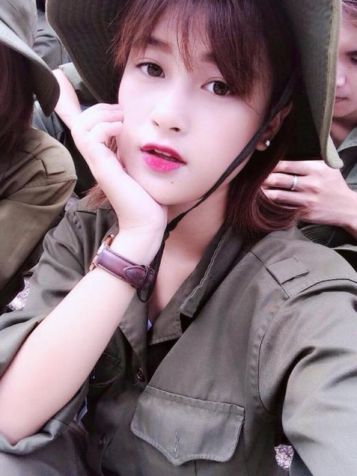 Kiều Phạm -côgái nổi tiếng trên mạng với những clip cover -xinh đẹp nhẹ nhàng khi tham gia khoá học quân sự.