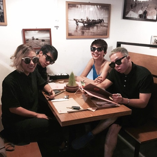 Cặp đôi cùng nhau dùng bữa trưa với một số người bạn thân. - Tin sao Viet - Tin tuc sao Viet - Scandal sao Viet - Tin tuc cua Sao - Tin cua Sao
